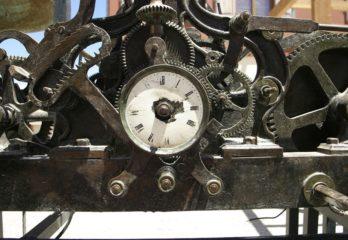 reloj mecánico antiguo